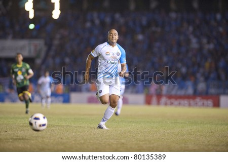 BANGKOK, THAILAND- JUNE 25 : N.Fabiano (L) in action during Thai Premier League (TPL) between Army Utd. (green) vs Chonburi fc (white) on June 25, 2011 at Army Stadium in Bangkok, Thailand