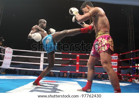 BANGKOK, THAILAND- MARCH 16 : Suriya Prasathinpimai (R) VS Chike Bangkokboxing (B) in the 2012 World Amateur Muaythai Championships on March 16, 2012 at National Stadium in Bangkok, Thailand