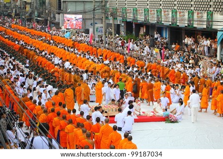 BANGKOK , THAILAND - MARCH 18: unidentified people give food offerings to Buddhist monks on March 18, 2012 Pratunam in Bangkok, Thailand. Thai traditional Ceremony: BuddhaJayanti 2600 years