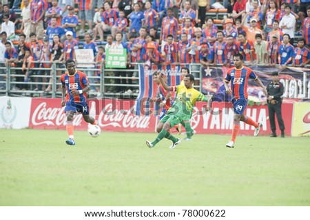 BANGKOK THAILAND- MAY 25 : J.Aikhionbare (L) in action during Thai Premier League (TPL) between thai port fc (Orange) vs TTM Pijit (yellow)   on Msy 25, 2011 at PAT Stadium in Bangkok Thailand