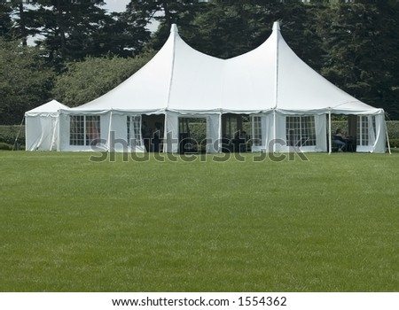 Banquette tent on a green lawn.