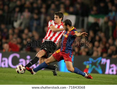 BARCELONA - FEB 20: Javi Martinez(L) of  Bilbao fight with Mascherano(R) of Barcelona during  the match between FC Barcelona and Bilbao at the Nou Camp Stadium on February 20, 2011 in Barcelona, Spain