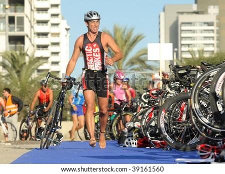 BARCELONA - OCTOBER 18 : An unidentified competitor in action during Barcelona Triathlon 2009 Event October 18, 2009 in Barcelona, Spain.