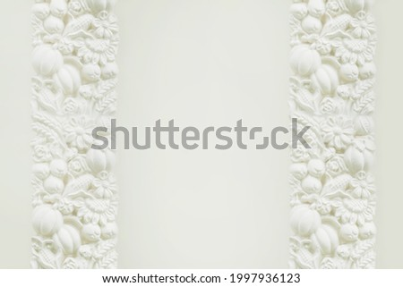Bas-relief of flowers and fruits on a white wall Stockfoto ©