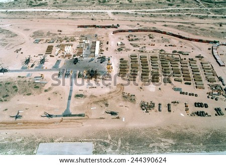 Base of the U.N. mostly U.S. Marine Forces in Somalia was built on an abandoned Soviet airfield in Mogadishu. Had a wall of shipping containers upper right to thwart random sniper fire. Feb. 25 1993. Foto stock ©