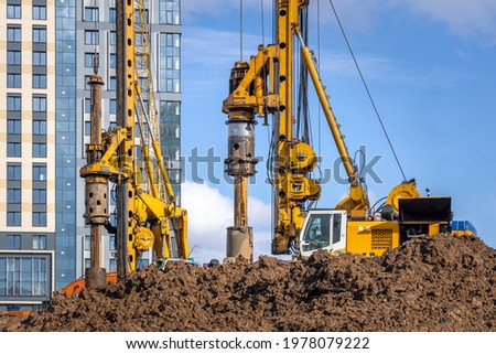 BAUER BG 36 rotary drilling rigs at the Plaza Botanica skyscraper construction site. Construction of bored piles for the building foundation. Russia, Moscow - May 3, 2021 Foto d'archivio ©