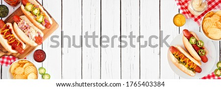 BBQ hot dog double side border. Top down view table scene over a white wood background. Copy space. Foto stock ©