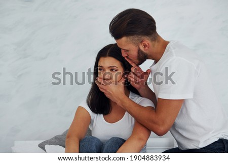 Be quiet. Violent aggressive young man threatening his girlfriend at home. Foto stock ©