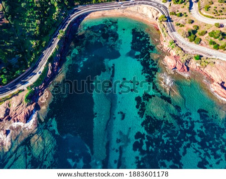 Beach and Coastline French Riviera Côte d'Azur turquoise colour water with red rocks, Roche rouge alongside a road in the village of Agay, close to Cannes Stockfoto ©