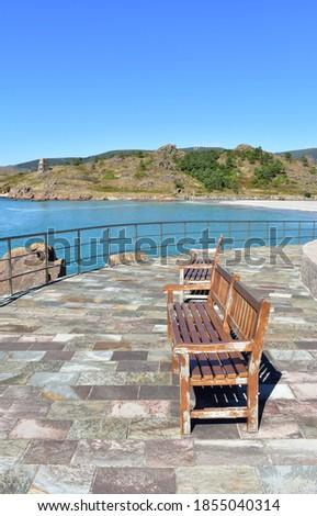 Beach promenade with wooden benches. Playa de San Pedro (Playa de O Pindo). Carnota, Rias Baixas, Coruña, Galicia, Spain. Stok fotoğraf ©