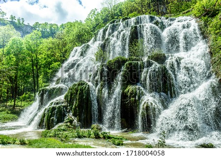 Beaumes-les-Messieurs tuffs waterfall. Rock covered with moss in a natural site. Jura - France. Zdjęcia stock ©
