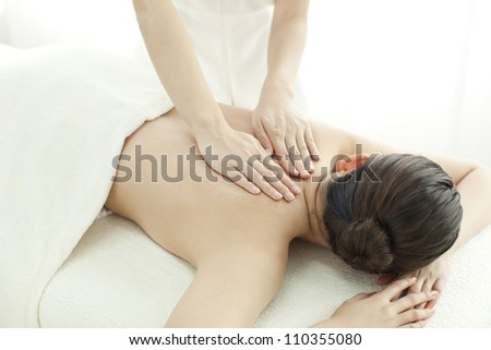 beautician who massages the back