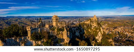 Beautiful aerial scenic view of Guaita fortress on Monte Titano with San Marino city in background at sunrise. Beautiful country of San Marino historical center. Castle on top of the hill. Foto stock ©