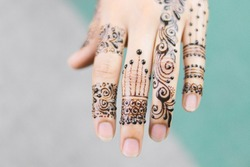 Beautiful Back hand henna Design with Fingers