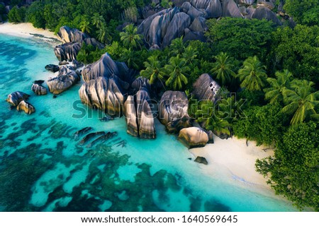 Beautiful beach with white sand on a tropical island in the Seychelles - The famous beach of Anse d'Argent in La Digue Photo stock ©