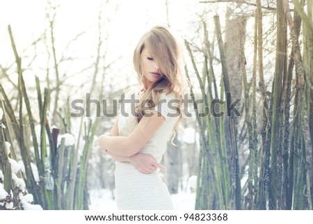 beautiful blonde posing outdoors in winter