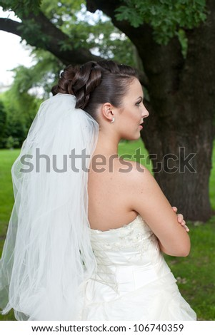 Beautiful bride posing in her wedding day, beauty wedding hairstyle