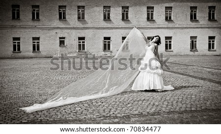 beautiful bride posing with long tulle