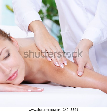 Lifestyle - Pagina 3 Stock-photo-beautiful-calm-woman-getting-massage-of-shoulder-in-the-beauty-salon-36245596