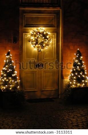schöner Weihnachtswreath, der an den Türen hängt