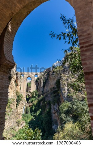 Beautiful city of Ronda situated in province of Malaga. View of the 'Puente Nuevo' the newest and largest of three bridges that spanned the 120-metre-deep. Touristic travel destination in Andalucía Foto stock ©