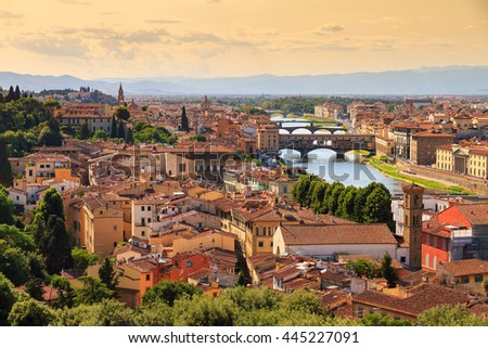 Beautiful cityscape skyline of Firenze (Florence), Italy, with the bridges over the river Arno Foto stock ©