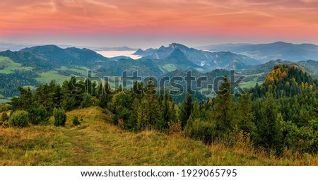 Beautiful, colorful autumn panorama of Pieniny Mountains in the morning light, in the background Three Crowns Peak. Poland, Slovakia. Discover the beauty of earth. 商業照片 ©
