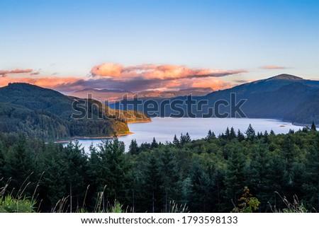Beautiful colors on Riffe lake in sunset in Washington, USA Stock foto ©