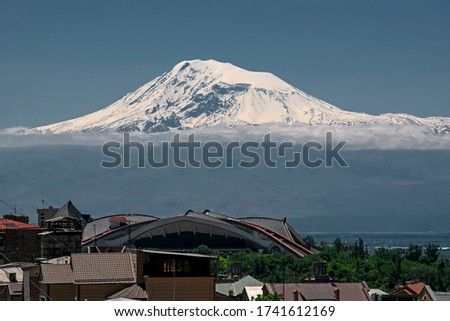 Beautiful contrast scene with Ararat mountain (Masis) with an elevation of 5,137 m covered with white snow against deep blue sky over the Yerevan on foreground Zdjęcia stock ©