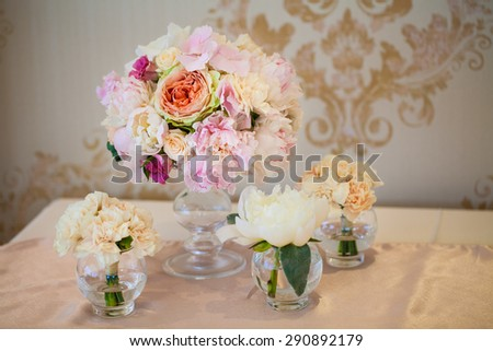 Beautiful flowers on table in wedding day. floral arrangement on the table