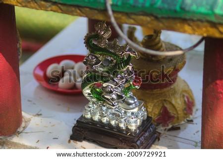 Beautiful green dragon statue at Buddhism altar at Thailand Buddhism Shrine Nam Hai Kwan Se Im Pu Sa Vihara Sukabumi, Indonesia. Stok fotoğraf ©