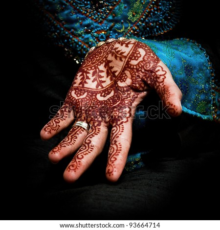 Beautiful henna tattoo in a bride's hand 05 - body art