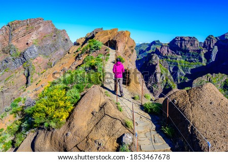 Beautiful hiking trail from Pico do Arieiro to Pico Ruivo, Madeira island. Footpath PR1 - Vereda do Areeiro. On summy summer day above the clouds. Portugal. Foto stock ©
