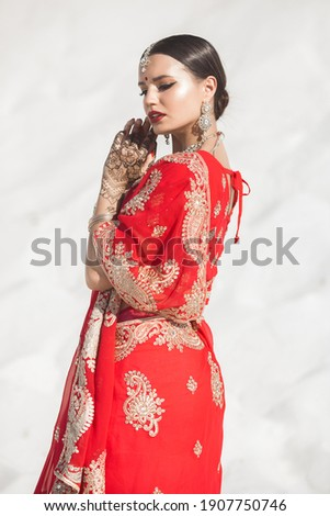Beautiful indian woman wearing sari. Female in ethnical indian clothes. Zdjęcia stock ©