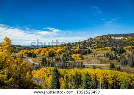 Beautiful mountain scenery with streams, valleys, and color changing trees along a train route from Chama, New Mexico to Antonito, Colorado Foto stock ©