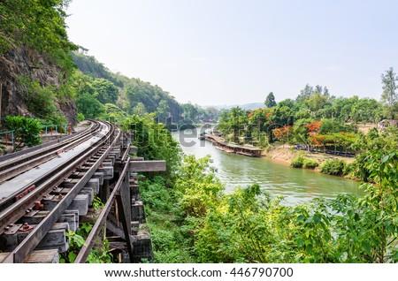 Beautiful nature landscape Death Railway bridge thai to burma over the Kwai Noi River at Krasae cave, Travel destination famous in Kanchanaburi province, Thailand  Foto stock ©