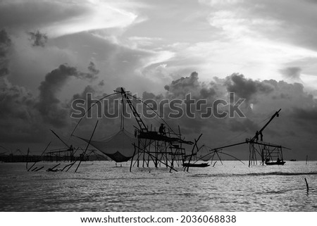 Beautiful nature landscape golden light with dramatic sky in the morning and giant square dipnet at Pak Pra village, Phatthalung, Thailand. Foto stock ©