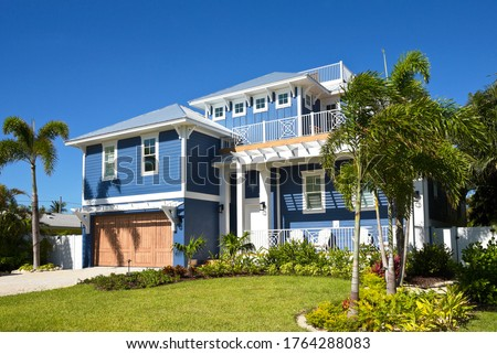 Beautiful New Florida House with Palms Trees and Landscaping for Sale or Rent Foto stock ©