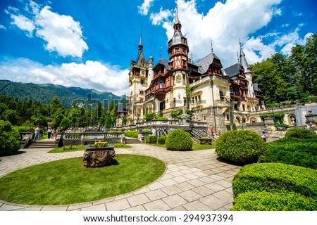 Beautiful Peles castle and ornamental garden in Sinaia landmark of Carpathian mountains in Europe Foto stock ©
