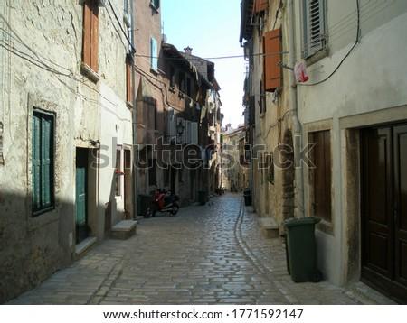 beautiful picturesque street in historical venice, Italy. typisch steegje in venetie Stockfoto ©