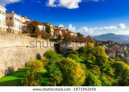 Beautiful Porta San Giacomo gate and the city walls of Citta Alta old town in Bergamo, Italy Foto d'archivio ©