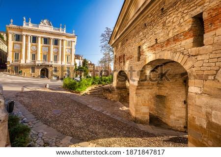 Beautiful Porta San Giacomo gate and the city walls of Citta Alta old town in Bergamo, Italy. Foto d'archivio ©