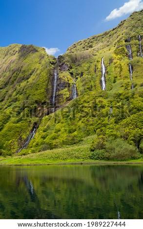 Beautiful reflection of the Poco Ribeira do Ferreiro waterfalls on Flores island in the Azores. Foto stock ©