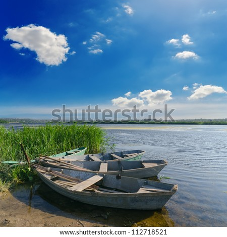 несколько лодок валялись валялось на берегу