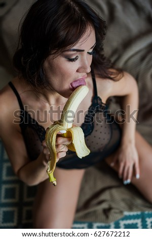 junges-maedchen-das-banane-saugt-aus-lettland-boob