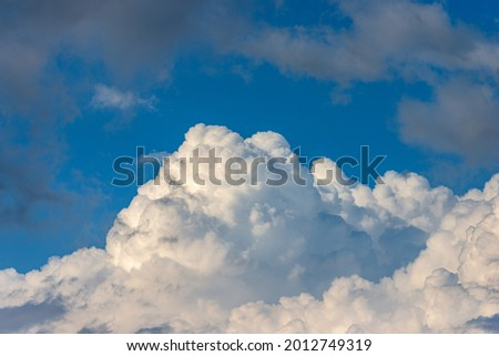 Beautiful storm clouds, cumulus clouds or cumulonimbus against a clear blue sky. Photography, Full frame. Foto stock ©