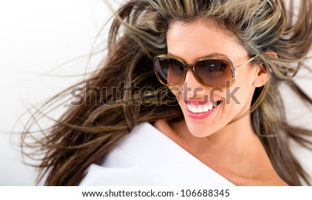 Beautiful summer woman smiling and wearing sunglasses