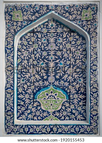 Beautiful traditional floral motif on blue and white ceramic tiles on wall of Makhdum Nuh tomb in Hala, Sindh, Pakistan Stok fotoğraf ©