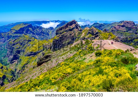 Beautiful view from Mountain 'Pico do Arieiro' -  hiking trail to Pico Ruivo on tropical island Madeira. Footpath PR1 - Vereda do Areeiro - paradise travel destination in Portugal. Foto stock ©