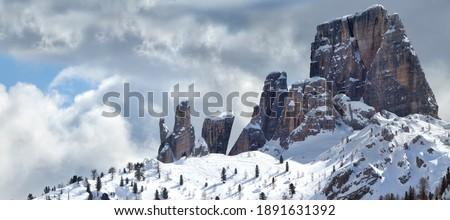 Beautiful view of Cinque Torri (Five Towers group) in Winter Season in the Italian Dolomites near Cortina d'Ampezzo. Veneto, Italy. Foto stock ©